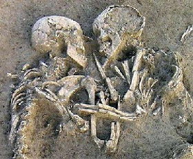 <!--:es-->Eternal embrace? Couple still hugging 5,000 years on<!--:-->