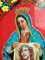 <!--:es-->Virgen con lágrimas de sangre …Cientos de creyentes desfilan ante ella<!--:-->