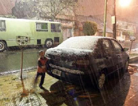 <!--:es-->Buenos Aires gets first snow since 1918 …Five exposure deaths were reported<!--:-->