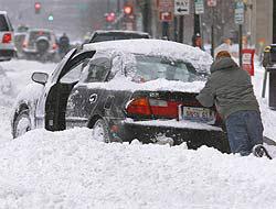 <!--:es-->Tormenta invernal sacude el noreste . . . Diez muertos en dos días; miles sin luz<!--:-->