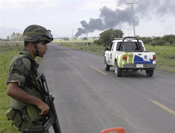 <!--:es-->Más salario a soldados por lucha a narco . . . En reconocimiento al combate<!--:-->