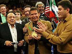 <!--:es-->Julio César Chávez recibió homenaje …Previo a la función histórica en Cancún<!--:-->