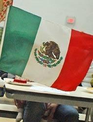 <!--:es-->Profesor tiró bandera mexicana la depositó en la basura<!--:-->