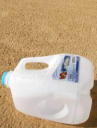 <!--:es-->Vandalismo en la Frontera …Destruyeron 120 contenedores  de agua<!--:-->