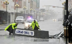 <!--:es-->Hurricane Dolly slams South Texas, but levees hold<!--:-->