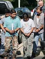 <!--:es-->En la mayor redada detienen a 595 ilegales en Mississippi<!--:-->