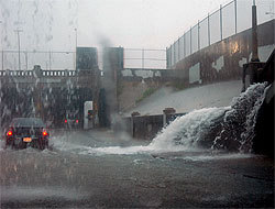 <!--:es-->Se esperan tormentas y tornados en el Metroplex . . . Cierran los aeropuertos del Metroplex<!--:-->