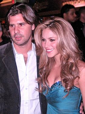 <!--:es-->Shakira viaja con árbol de Navidad<!--:-->