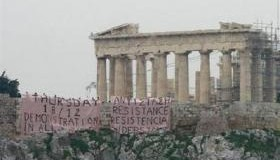 <!--:es-->Greek youths hang protest banners from Acropolis<!--:-->
