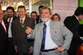 <!--:es-->Pide Lula a periodistas no tirar zapatos . . . La broma de Lula fue durante la conferencia de prensa final de la Cumbre de América Latina y El Caribe.<!--:-->