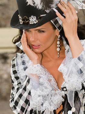 <!--:es-->Niurka saca las uñas   …La vedette cubana inaugura  su primer salón  de belleza  en la capital mexicana, donde ofrece una manicura extravagante<!--:-->