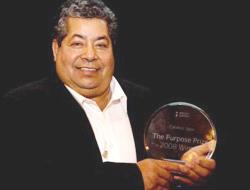 <!--:es-->Jardinero latino creó programa de becas . . . Su filantropía fue reconocida con premio<!--:-->