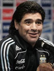 <!--:es-->Maradona feliz con su nieto . . .Benjamín ya es socio de tres clubes<!--:-->