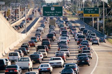 <!--:es-->Menos autos en las calles deL País<!--:-->
