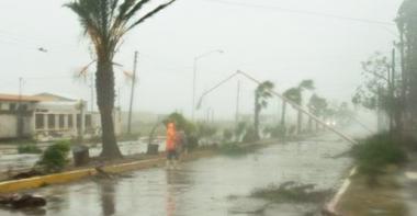 <!--:es-->Jimena azota Baja California . . . Tocó tierra poderoso huracán<!--:-->