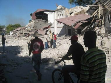 <!--:es-->Aftershock rattles Haiti, but aid flow ramps up<!--:-->