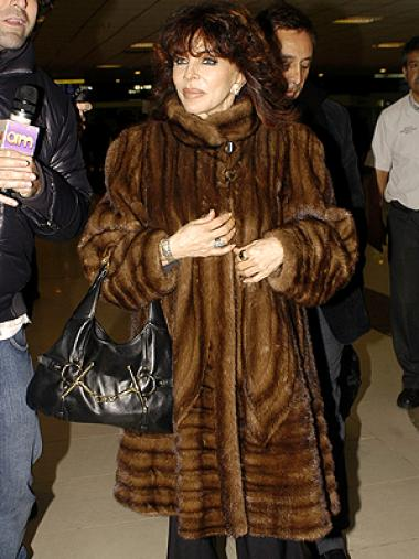 <!--:es-->Verónica Castro dice adiós a Televisa . . . La actriz expresó que Televisa no le ha renovado su contrato de exclusividad y manifestó su descontento con el trato en Los exitosos Pérez<!--:-->