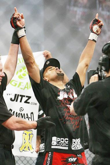 <!--:es-->Peleador de las Artes Marciales Mixtas (MMA) también combate contra una enfermedad mortal<!--:-->