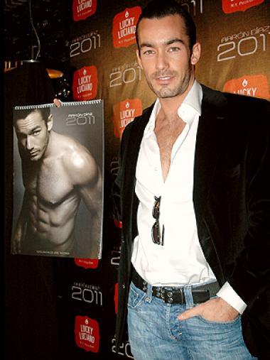 <!--:es-->Aarón Díaz lanza su sexy calendario …El actor y cantante presentó las provocativas fotografías que acompañarán a sus fans durante el 2011, también quiere regalarles su segundo disco.<!--:-->