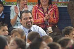 <!--:es-->First-grade teacher wins $25,000 Milken Educator Award<!--:-->