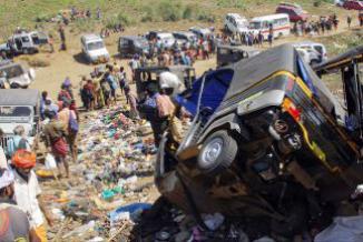 <!--:es-->Más de 100 muertos en avalancha humana en India<!--:-->