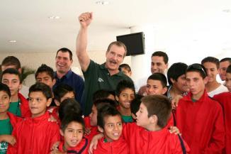 <!--:es-->'Firma' Vicente Fox con Rangers …Busca promover el deporte entre los niños de comunidades en Guanajuato<!--:-->