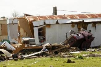 <!--:es-->Tornado slams Louisiana town, downed tree kills mother<!--:-->