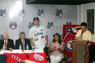 <!--:es-->Ya es Ranger …Firma José Cardona contrato que lo liga con los Rangers de Texas de las Grandes Ligas.<!--:-->