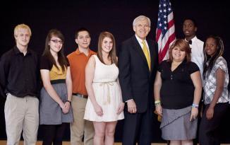 <!--:es-->Dallas Students Receive $65,191 from Mayor's Chesapeake Energy Scholarship Former mayor Tom Leppert presented awards at J. Erik Jonsson Central Library<!--:-->