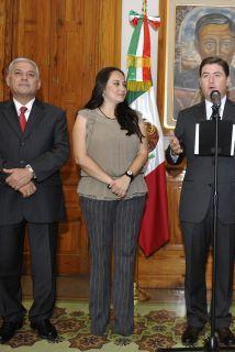 <!--:es-->Reconocen a maestra que protegió a niños durante tiroteo en Monterrey …Aplicó protocolo de seguridad<!--:-->