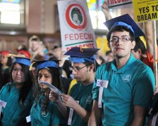 <!--:es-->Dream Act: Illinois aprobó la ley para financiar la educación superior de indocumentados<!--:-->