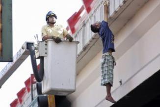 <!--:es-->Hombre calcinado fue colgado de puente en Monterrey, México …Se está volviendo muy frecuente<!--:-->