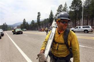 <!--:es-->Firefighters defend sacred mountain in New Mexico<!--:-->