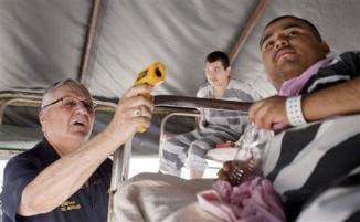 <!--:es-->Indocumentados sufren con calor de 145 grados en cárcel del alguacil Joe Arpaio …El alguacil «más duro del país» visitó a los reos de la cárcel «tent city» y tomó la temperatura dentro de una de las tiendas.<!--:-->
