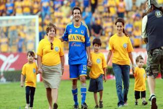 <!--:es-->Un adiós con garra …Juega Sancho un rato con ambos equipos y se retira como futbolista ante 30 mil aficionados en CU<!--:-->