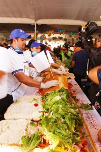 <!--:es-->Nuevo récord con torta de 50 metros en México …Con la implantación de un nuevo récord mundial, al hacer una torta de 50 metros en menos de cuatro minutos, los mexicanos inauguraron la Feria Anual de la Torta 2011.<!--:-->