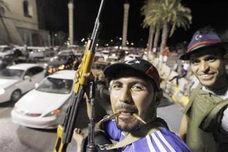 <!--:es-->Libyan rebels come under fire in Gadhafi compound<!--:-->