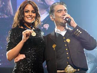 <!--:es-->Alejandro Fernández da sorpresa a Ximena Navarrete<!--:-->
