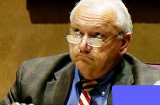 <!--:es-->Russell Pierce fue destituido del Senado de Arizona<!--:-->