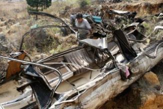 <!--:es-->Mortal accidente en zona turística del centro de México …Autobús se volcó y dejó al menos 12 muertos<!--:-->