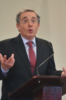 <!--:es-->Piden indagación formal sobre ex presidente Uribe …Por supuesto espionaje<!--:-->