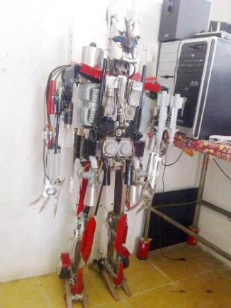 <!--:es-->Un hombre chino ha construido su propio Starscream<!--:-->