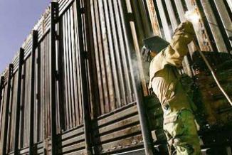 <!--:es-->Muro fronterizo Estados Unidos-México será más pequeño de lo planeado por el Congreso …En 2010 se registraron $4,037 reportes de daños a un costo promedio de $1,800 por cada reparación<!--:-->