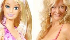 """<!--:es-->Le regala implantes de seno a hija de 7 años &#8230;Sarah Burge, la reality star londinense conocida como la """"Barbie humana"""" por practicarse cerca de 100 cirugías estéticas, le regaló a su hija de 7 años un certificado para que se realice un implante cuando cumpla 16…<!--:-->"""
