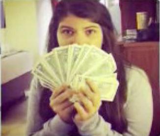 <!--:es-->Hija de Chávez publica foto con fajo de dólares<!--:-->