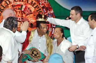 <!--:es-->Coronan a Ali como 'Rey del boxeo' …Chávez y 'Maravilla' no dejaron la posibilidad de tomarse fotos con el campeón<!--:-->