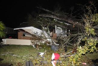 <!--:es-->Huge storm system blamed for 6 deaths, moves east<!--:-->