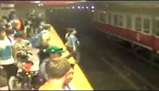 <!--:es-->Woman is rescued after falling onto subway tracks in Spain<!--:-->