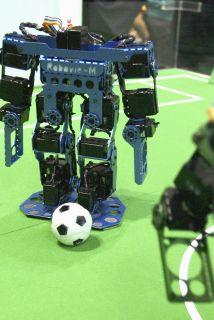 <!--:es-->Japón presenta robot futbolista para fomentar niños ingenieros …Los niños pueden modificar al robot<!--:-->