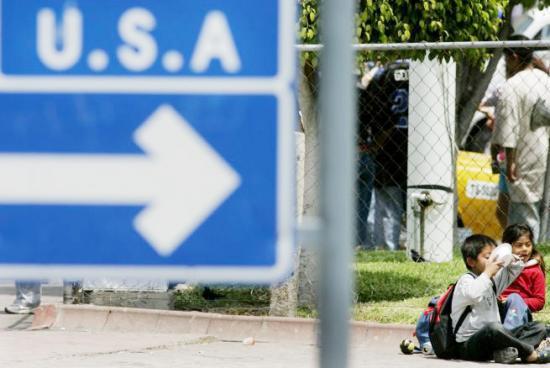 <!--:es-->Familias mexicanas piden asilo en la frontera con California<!--:-->